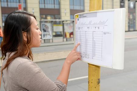 cronograma: Alemania, mujer joven que lee calendario en Berl�n