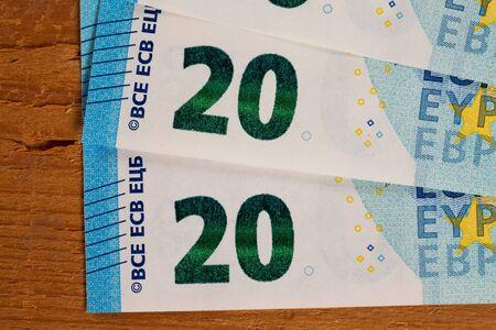 billets euros: Billets sur bois, vingt Euro notes Banque d'images