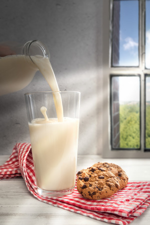 galleta de chocolate: Ser leche colada en el vidrio, galletas de chocolate en el lado