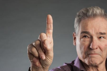 Älterer Mann Berührt Touch Screen Mit Zeigefinger