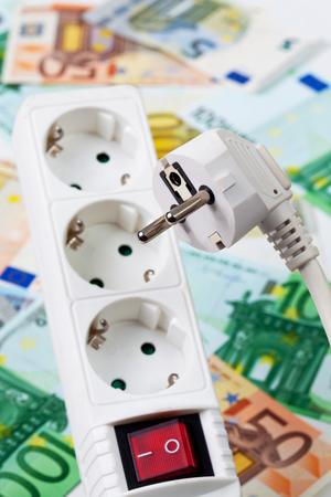 nahaufnahme: Steckerdose und Euroscheine, Nahaufnahme