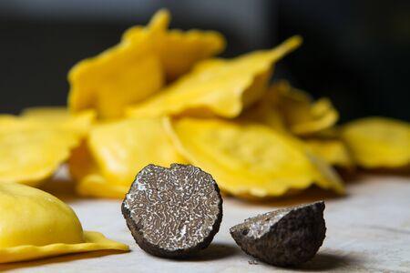 manjar: Italiano, negro de trufa (Tuber Uncinatum) con ravioli hechos a mano, salvia y aceite