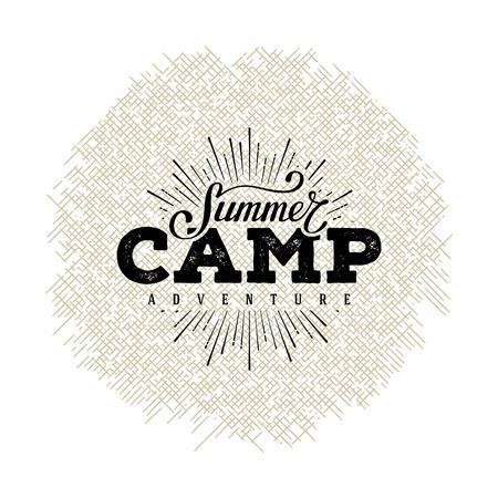 夏キャンプのラベル。手レタリング サイン、バッジ、t シャツ プリント、ポストカードやポスターの文字体裁デザイン。ベクトルの図。