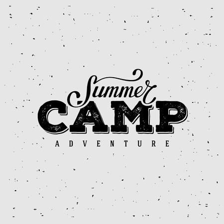 campamento: Campamento de verano diseño de la tipografía. Diseño para la impresión de la camiseta, tarjeta postal o un cartel. Ilustración del vector.