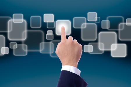 pushing the button: mano al presionar el bot�n de pantalla t�ctil