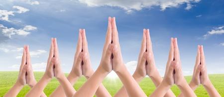 mettre les mains ensemble dans salute Banque d'images