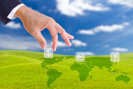 main de l'homme d'affaires élever le bouton signe dollar