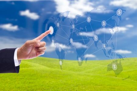 Network marketing: hombre de negocios la mano presionando el bot�n de la red de signo de d�lar