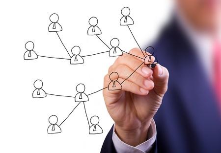 interaccion social: mano de hombre de negocios escribir red social en la pizarra Foto de archivo