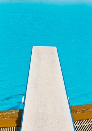 springplank: springplank op zwembad Stockfoto