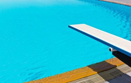 springboard: trampolín en la piscina Foto de archivo