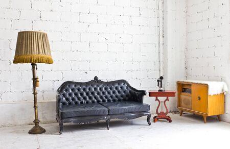muebles antiguos: sillón de lujo de la vendimia en la habitación blanca Foto de archivo