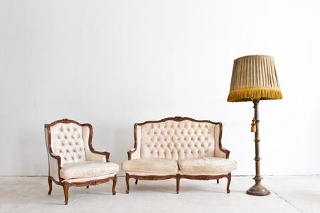 blue leather sofa: poltrona d'epoca di lusso in camera bianca Archivio Fotografico