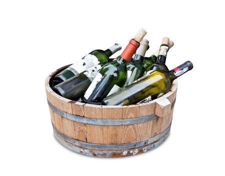 botellas vacias: botellas de vino vacías en el tanque de madera