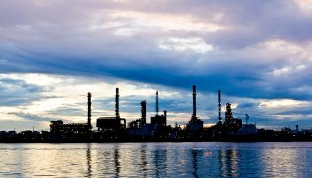 방콕에있는 강을 따라 아침에 실루엣 석유 정유 공장