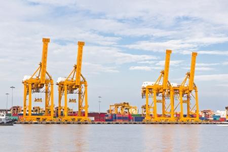 chantier naval: grue travaille avec fret conteneuris� en chantier