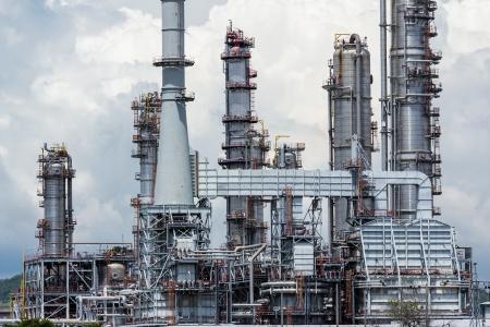 refiner�a de petr�leo: petr�leo planta refiner�a contra el cielo azul
