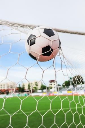 terrain foot: football dans le filet de but