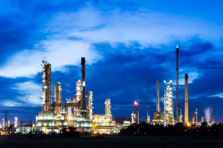 oil refinery plant at twilight morning Redactioneel
