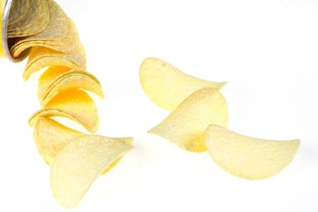 grasas saturadas: papas fritas aisladas sobre fondo blanco
