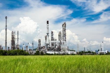 industria petroquimica: petróleo planta refinería contra el cielo azul