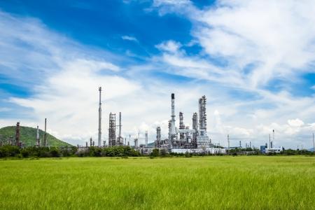 青い空を背景石油精製プラント 写真素材