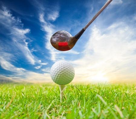 balle de golf: conducteur a frapp� une balle de golf sur le tee