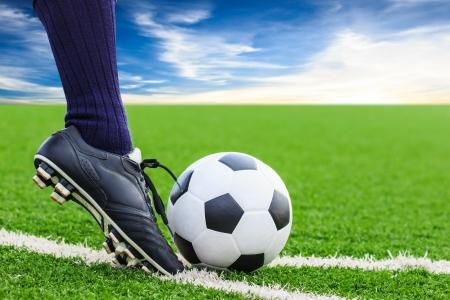 field  soccer: pie que golpea el bal�n de f�tbol