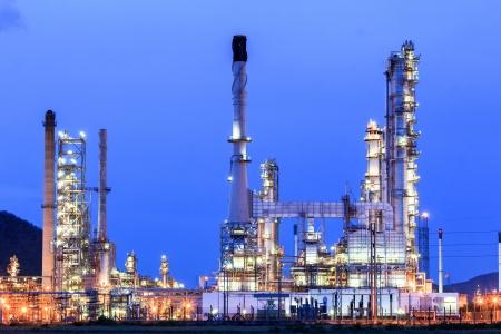 Olieraffinaderij in de schemering Stockfoto - 20557418