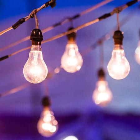 enchufe de luz: bombilla de luz en la oscuridad Foto de archivo