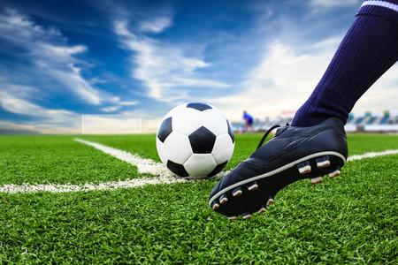 balon soccer: pie que golpea el balón de fútbol