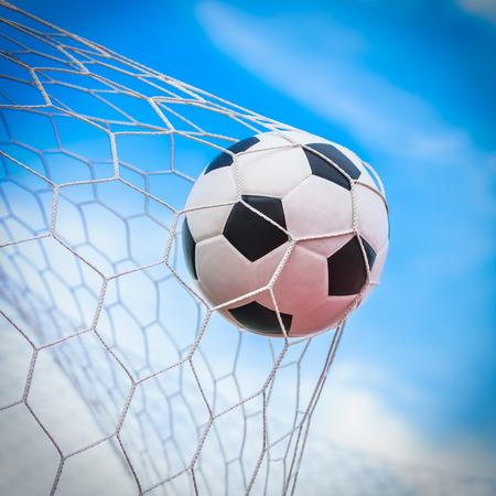 Voetbal bal in doel netto Stockfoto