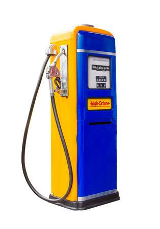 gasolinera: gasolina vendimia dispensador de la bomba de combustible aislado con trazado de recorte