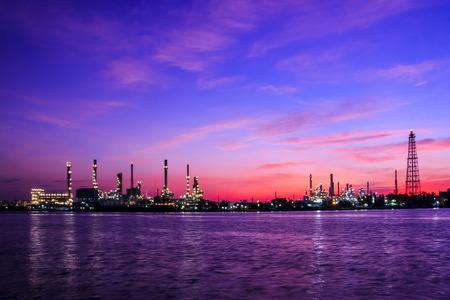 industria quimica: Aceite vegetal refinería de mañana crepúsculo Foto de archivo