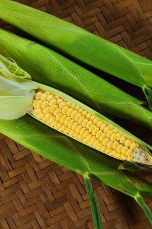 ワクシー・コーンゼアはセラティナをかもしれない。 茶色の背景に新鮮なトウモロコシ。 写真素材 - 94716521