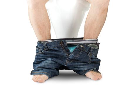pantalones abajo: Hombre sentado en un asiento de inodoro con los pantalones y los calzoncillos abajo, aislado sobre fondo blanco