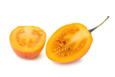 tomate de arbol: Primer plano de un tomate de árbol maduro también conocido como tomate de árbol betaceum Solanum reducido a la mitad, aislado en fondo blanco. Foto de archivo