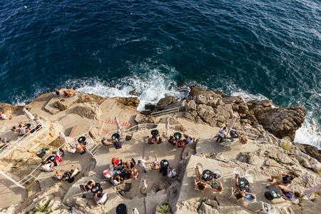 Mensen die aan de Buza Bar in Dubrovnik, Kroatië zitten, zien van bovenaf.