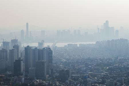深刻な大気汚染とソウル、南朝鮮のダウンタウンの眺め。