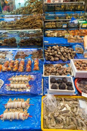 fischerei: Viele Arten von Meeresfrüchten beind am Noryangjin Fischerei Großmarkt (oder Noryangjin Fischmarkt) in Seoul, Südkorea verkauft.