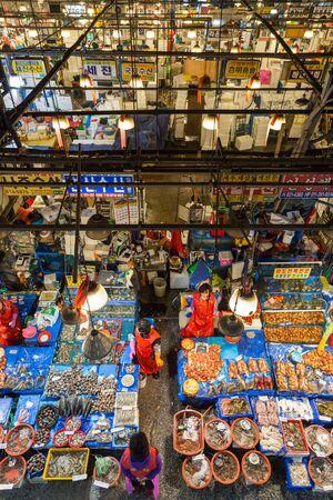 fischerei: Verkäuferinnen und Meeresfrüchte für den Verkauf auf dem Noryangjin Fischerei Großmarkt (oder Noryangjin Fischmarkt) in Seoul, Südkorea, von oben gesehen.