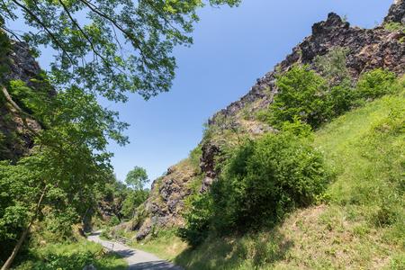 Divoka Sarka で渓谷の下部に舗装されたパス。チェコ共和国のプラハの郊外の自然保護区です。