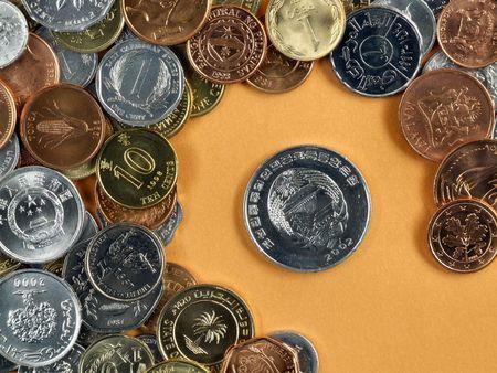 Commercio globale simboli - valute su uno sfondo arancione.