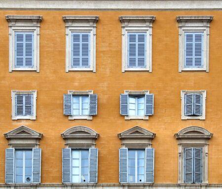 architectonic: Twaalf prachtige ramen in Rome. Typische mediterrane architectuur. Reizen naar Italië!