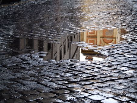 De adoquines - antigua calle de Roma (Italia). A juicio justo después de la lluvia.