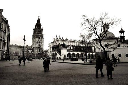 main market: Cracovia in bianco e nero. Bella citt� polacca che, una volta che � stata la capitale. Il punto di vista della principale piazza del mercato.