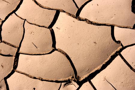 evaporarse: Primer plano de suelo seco en clima �rido. Craqueado terreno en un desierto.