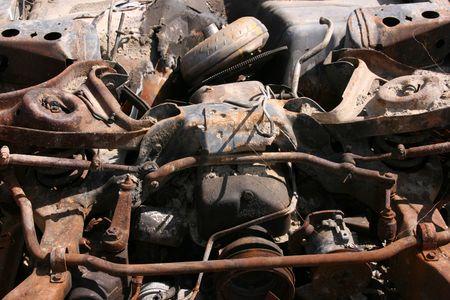 junkyard: Viejo coche destruido resumen. Partes de metal oxidado.
