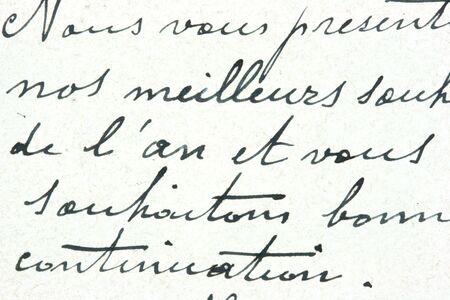 Vintage hand schriftelijk op een brief. Oud papier met zichtbare structuur. Pen inkt.
