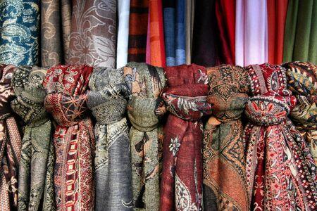 bufandas: Ornamentales coloridos pa�uelos en una tienda en Cesky Krumlov, Rep�blica Checa  Foto de archivo